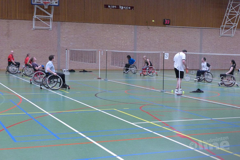 Enkelen en mixen tijdens het aangepast badminton toernooi ... Badminton Toernooi Nl
