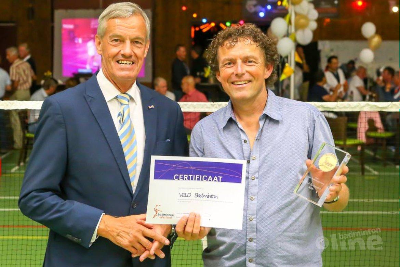 Erepenning voor 50-jarig VELO Badminton
